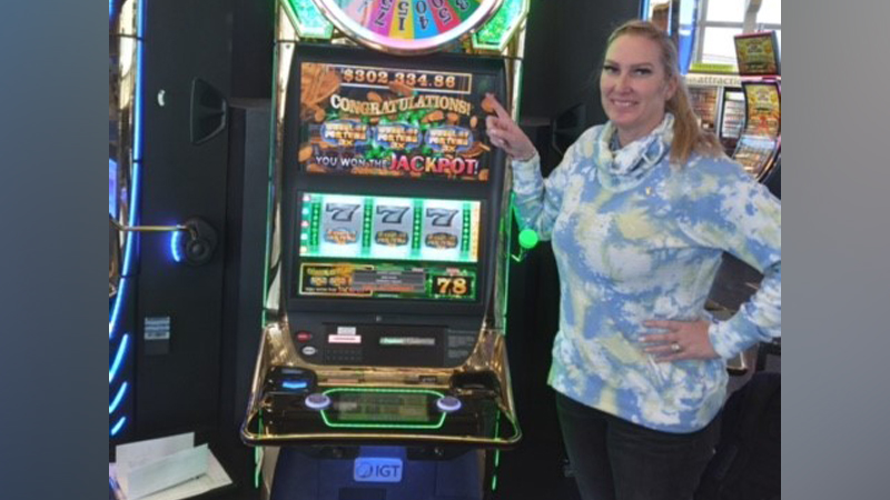 Woman wins over $302K playing slot machine at Las Vegas airport