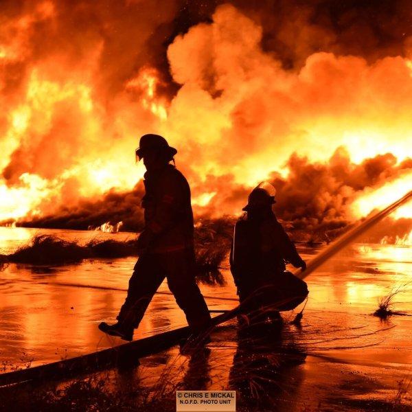 https://wgno.com/news/massive-fire-engulfs-wharf-along-new-orleans-riverfront/